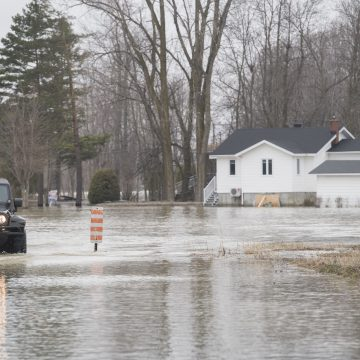 Hundreds of Canadian troops deployed to flood zones in Quebec and N.B.